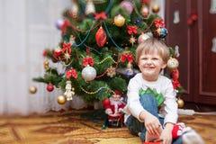 小男孩画象 婴孩圣诞节克劳斯帽子演奏s圣诞老人的母亲照片一起佩带 免版税库存照片