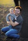 小男婴和他的父亲 库存照片