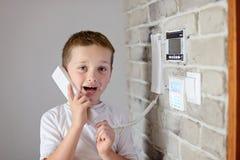 小男婴谈话在对讲机 免版税库存图片