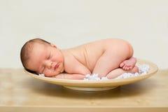 小男婴,睡觉在板材 免版税库存图片