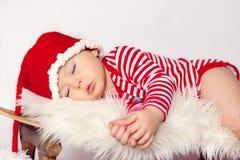 小男婴,睡觉在爬犁 库存图片