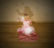 小白肤金发的女孩和魔法咒语 库存图片