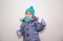 小白肤金发的女孩在一个冬日 免版税库存照片