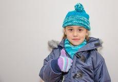 小白肤金发的女孩在一个冬日 免版税图库摄影