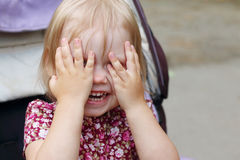 小白肤金发的女孩在室外的摇篮车,特写镜头掩藏,将 图库摄影