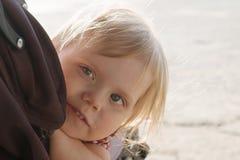 小白肤金发的女孩看室外的摇篮车,特写镜头, shal 库存照片