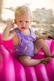 小白肤金发的女婴 库存照片
