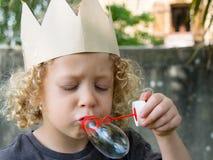小白肤金发的男孩做泡影 免版税库存照片