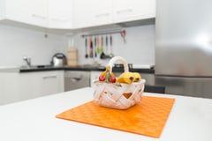 小白色厨房内部有新鲜水果篮子的在W 免版税图库摄影