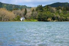 小白色房子在从塞特港Cidades,亚速尔的湖 库存图片
