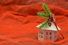 小白色房子形状的灯笼 免版税库存照片