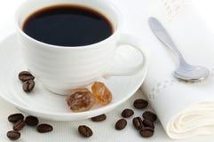 小白色瓷杯子热的黑色煮了土耳其咖啡 免版税图库摄影