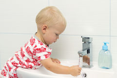 小白色白种人男孩小孩一个岁洗涤的手特写镜头画象在卫生间和看起来里惊奇的激动,戏剧 图库摄影
