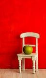 小白色椅子用绿色苹果。 免版税图库摄影