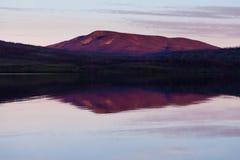 小的三文鱼湖日落育空地区加拿大 免版税图库摄影