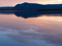 小的三文鱼湖日落育空地区加拿大 库存图片