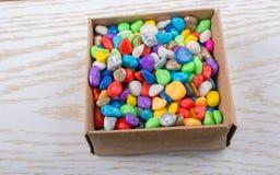 小的五颜六色的小卵石填写了一个箱子 图库摄影