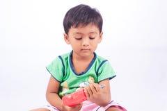 小的亚洲男孩戏剧玩具工具塑料 免版税库存图片