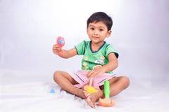 小的亚洲男孩戏剧玩具工具塑料 库存图片
