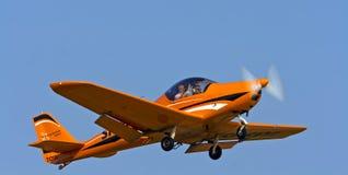 小的体育运动飞行,当执行特技飞行 免版税图库摄影