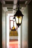 小的光在菩萨雕象背景 库存照片