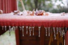 小的冰柱行沿儿童游戏堡垒垂悬 库存图片