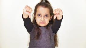 小的哀伤的小女孩陈列反感标志,画象,白色背景50 fps 股票录像
