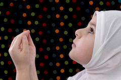 小的回教女孩祷告 免版税库存照片