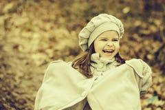 小的女孩在秋天森林里 免版税库存照片