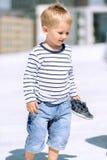小的学龄前户外男孩垂直画象  免版税库存照片