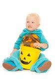 小的小孩男孩妖怪服装在万圣夜 免版税库存图片