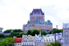 小的尚普兰Québec市在多云天空下 库存图片