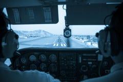 小的平面驾驶舱着陆的飞行员 库存图片