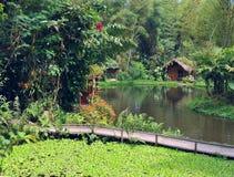小的房子为在一个湖前面的假日在Mindo,厄瓜多尔R 免版税库存图片