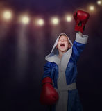 小的拳击手胜利他的胜利 库存照片