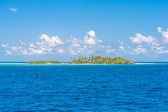 小的无人居住的热带海岛 库存照片