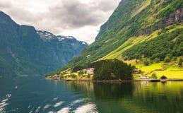 小的村庄在Naeroyfjord,挪威 库存图片