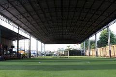 小的橄榄球场, Futsal在室内健身房的球场,有人为草皮的足球运动场室外公园 免版税库存照片