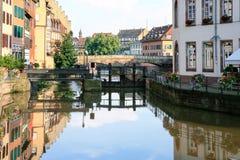 小的法国处所的不适的河在史特拉斯堡 免版税库存图片