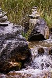 小的流 灰色石头 异端 维拉 绿草 库存照片