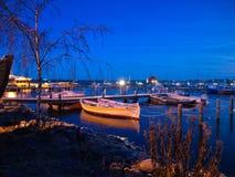小的海滨广场晚上视图  免版税图库摄影