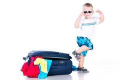 小的游人收集在一个手提箱的事情旅行的 免版税库存图片