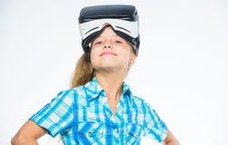 小的游戏玩家概念 虚拟现实是所有年龄的乐趣 戴vr眼镜的孩子女孩 儿童游戏真正比赛与 库存照片