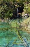 小的瀑布和一个鲜绿色色的湖 库存照片