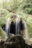 小的瀑布在森林Krushuna,保加利亚里 库存照片