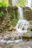 小的瀑布小瀑布在森林Krushuna,保加利亚6里 库存图片