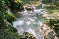 小的瀑布小瀑布在森林Krushuna,保加利亚5里 库存照片