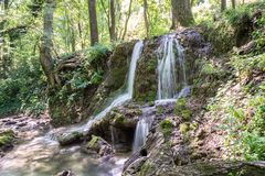 小的瀑布小瀑布在森林Krushuna,保加利亚9里 图库摄影