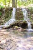小的瀑布小瀑布在森林Krushuna,保加利亚7里 免版税库存照片