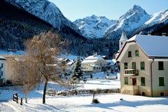 小的瑞士tarasp村庄冬天 库存照片